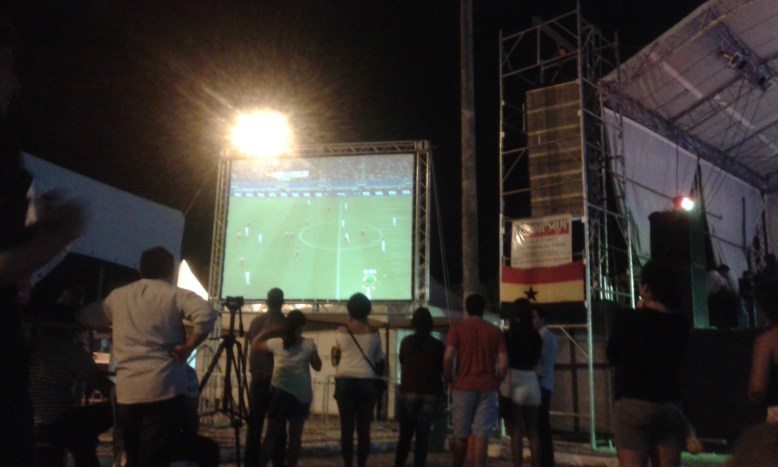 Les supporteurs de Ghana et Brésil regardent le match Ghana - États-Unis au écran géante installé au Festival (Crédite photo: Fabio Santana).