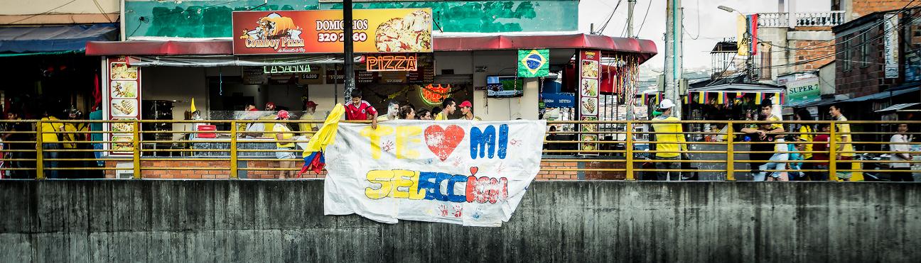"""""""Je t'aime ma Sélection"""". Les banderoles fleurissent en Colombie pour encourager les Cafeteros."""