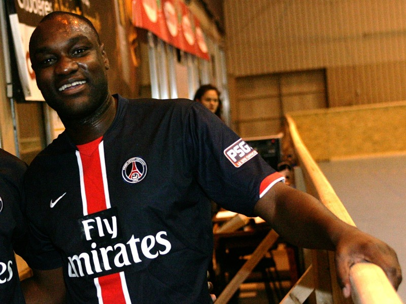 Patrick Mboma lors d'un tourni Foot-Samba à Paris  (Crédit photo : Lesaaa, Wikimedia Commons)