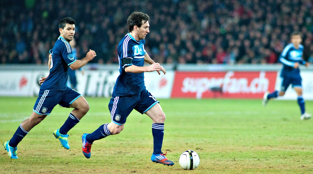 1280px-Sergio_Agüero_(L),_Lionel_Messi_(R)_-_Switzerland_vs._Argentina,_29th_February_2012
