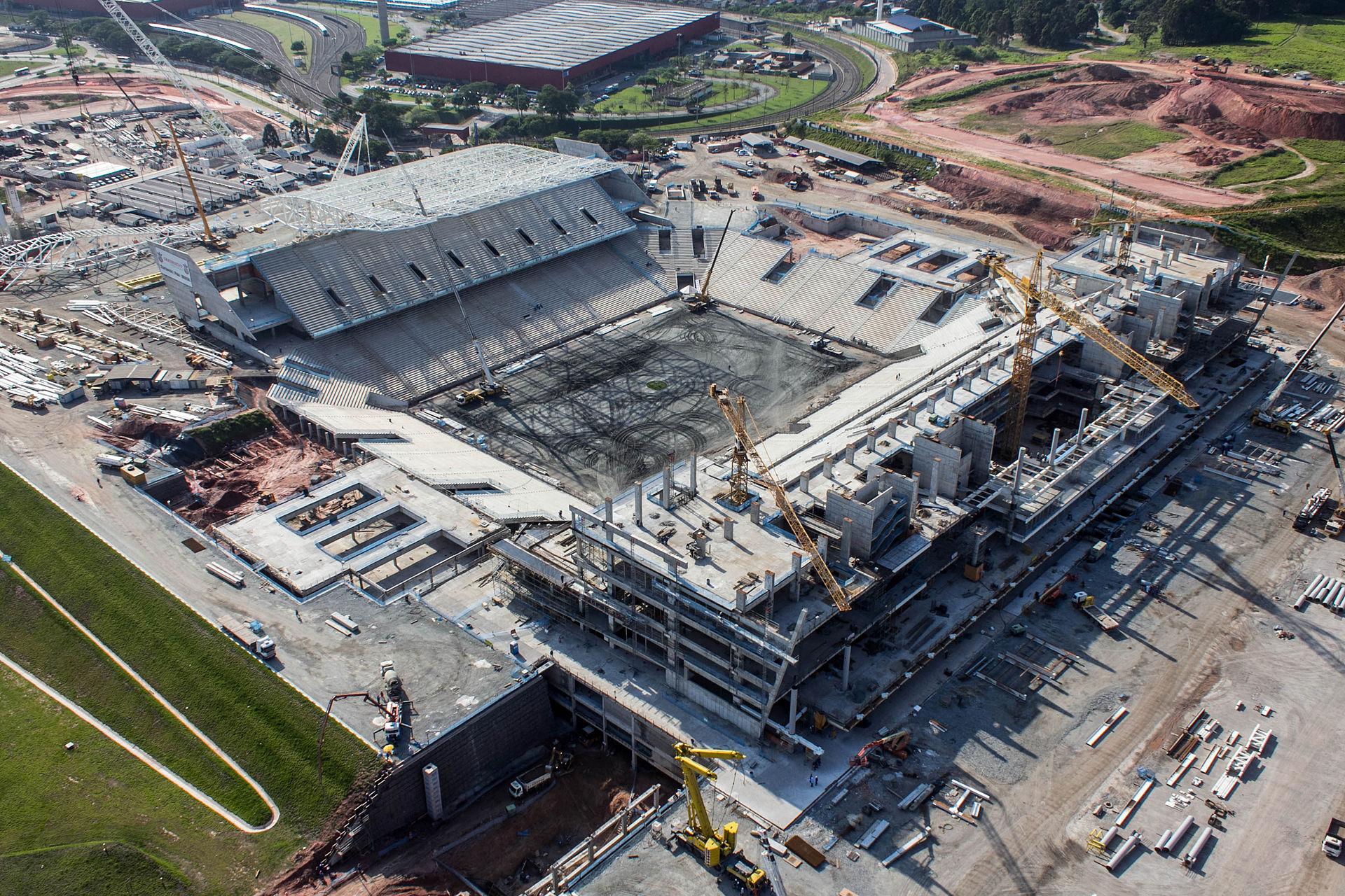 L'Arena Corinthians, à Sao Paulo, durant ses travaux. Le stade accueillera le match d'ouveture du Mondial (Crédit photo : Portal DA Copa, Flickr/CC)