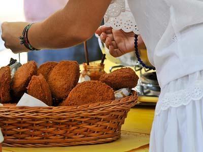 Le beignet Acarajé pourra cohabiter avec le Big Mac durant le Mondial (Crédit photo : Arismar Fonseca, (Wikimedia Commons)
