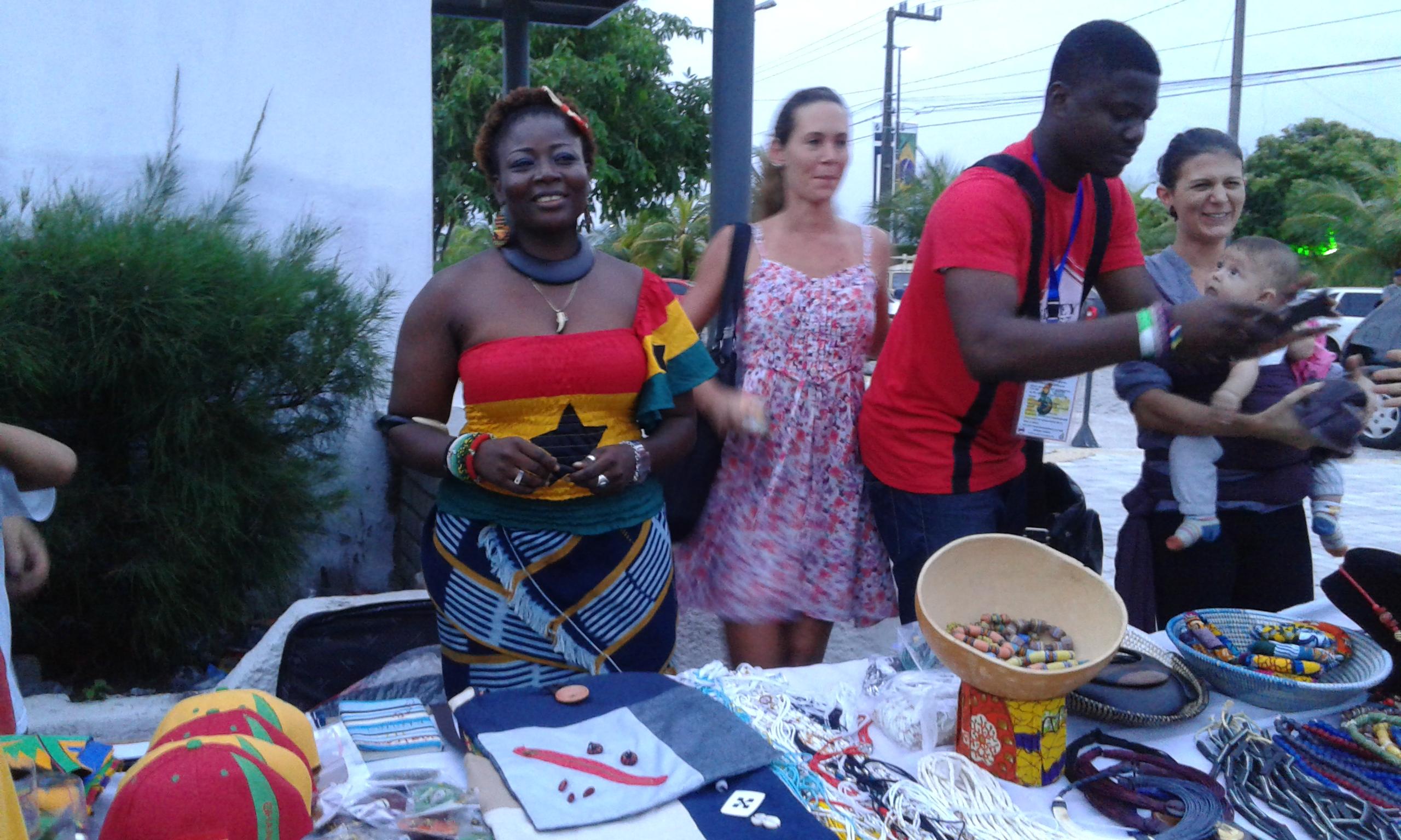 La femme ghanéenne et ses produits durant la foire d'artisanat au Festival Ghana - Brésil à Natal. (Crédit photo: Fabio Santana).