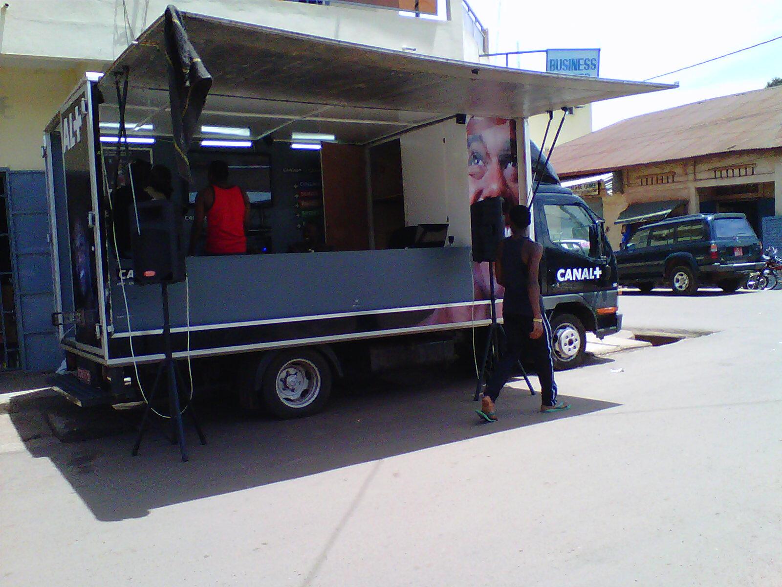 Une camionnette du groupe canal+ crédit photo :Sally Bilaly Sow