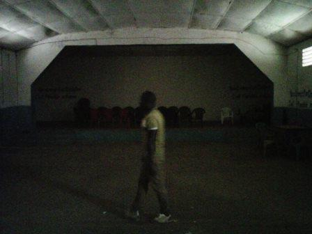 Samba_Camara responsable du CECOJE de Labé dans la salle aménagée pour la Coupe du monde(crédit photo :Sally Bilaly Sow)