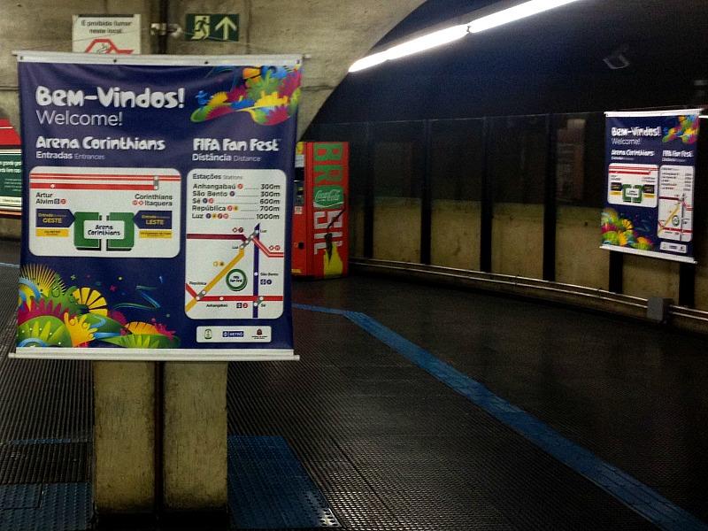 Dans le métro de Sao Paulo, des panneaux indiquent comment se rendre au stade (Crédit photo : Ben Potet)