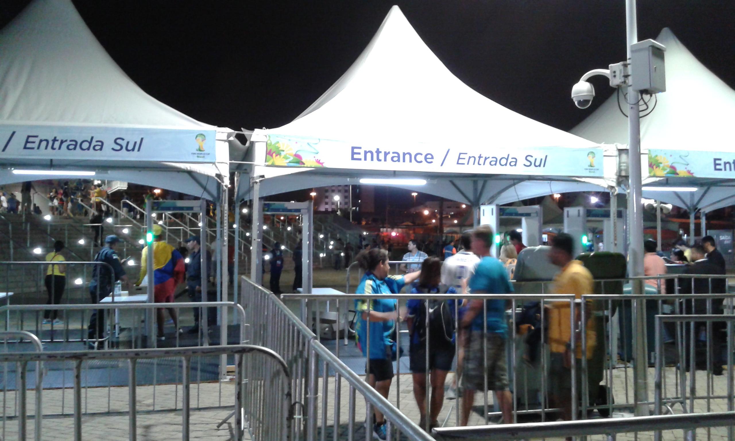 L'ambience de tranquillité pendant l'entrée des supporters dans le porte sud du stade Aréna des Dunas par occasion du match de foot Japon -  Grèce (0-0). Crédite photo: Fabio Santana)