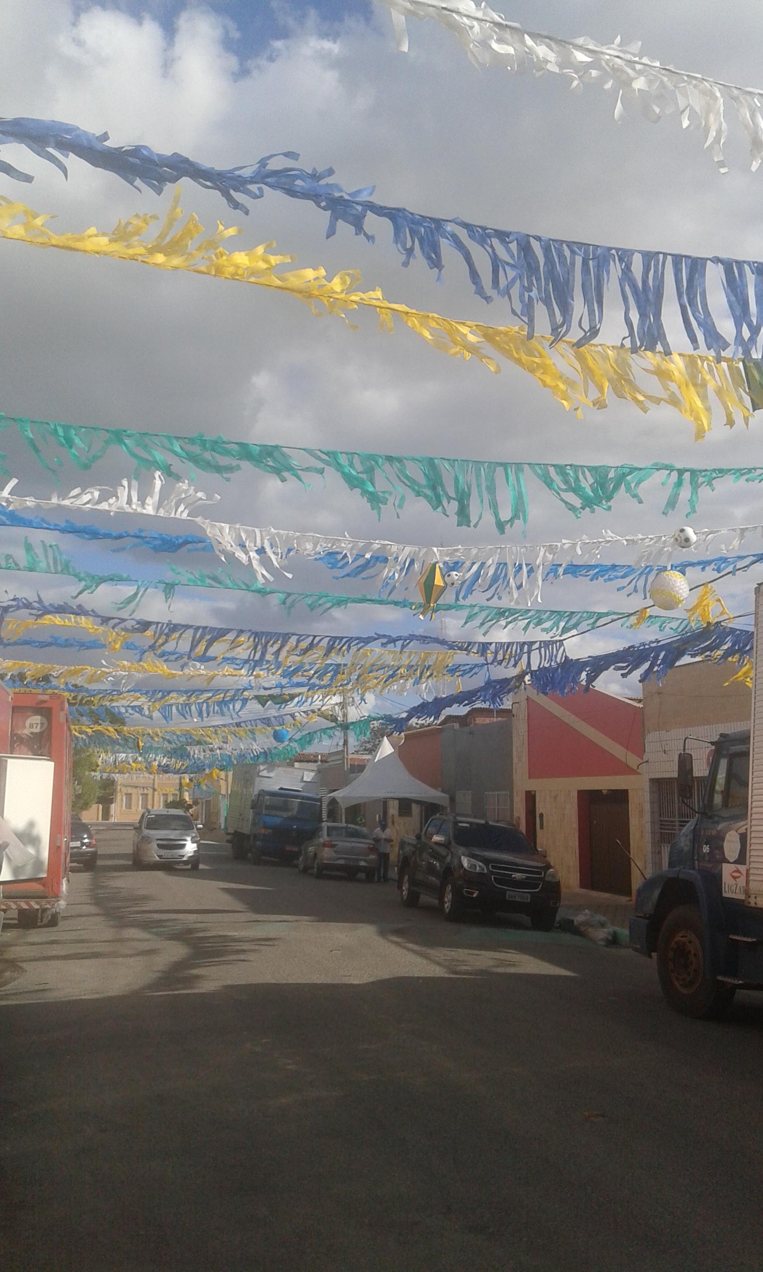 L'une rue déguisée à Areia Branca dans les couleurs du drapeu brésilen. (Crédit photo: Fabio Santana).