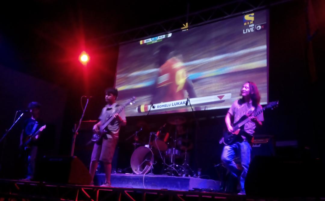 Purple Haze Rock Bar, 17 juin - Killing in the name of avec Belgique vs Algérie en fond © S.H