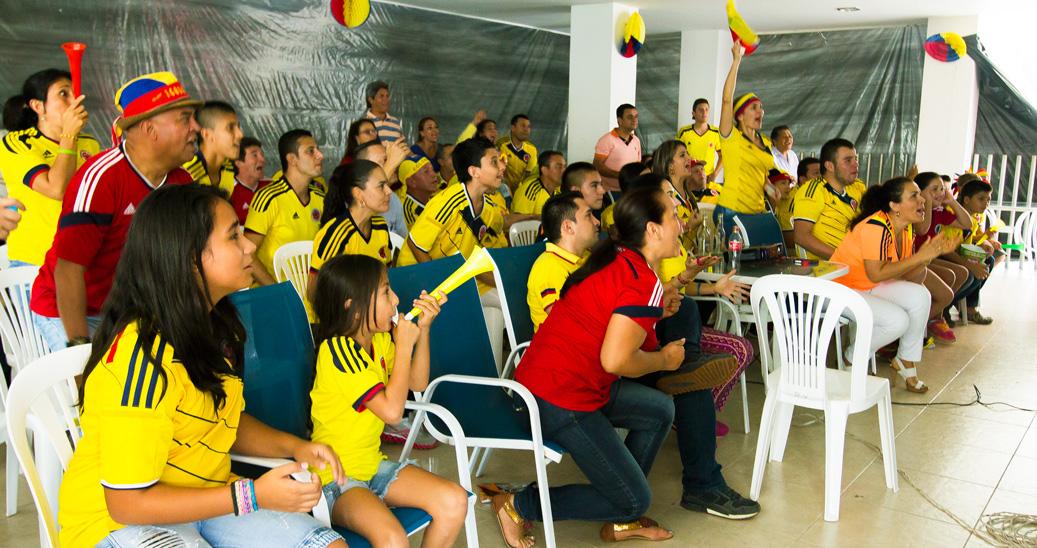 Dans un lotissement familial d'un quartier de Pereira, les voisins se réunissent pour encourager leur équipe.