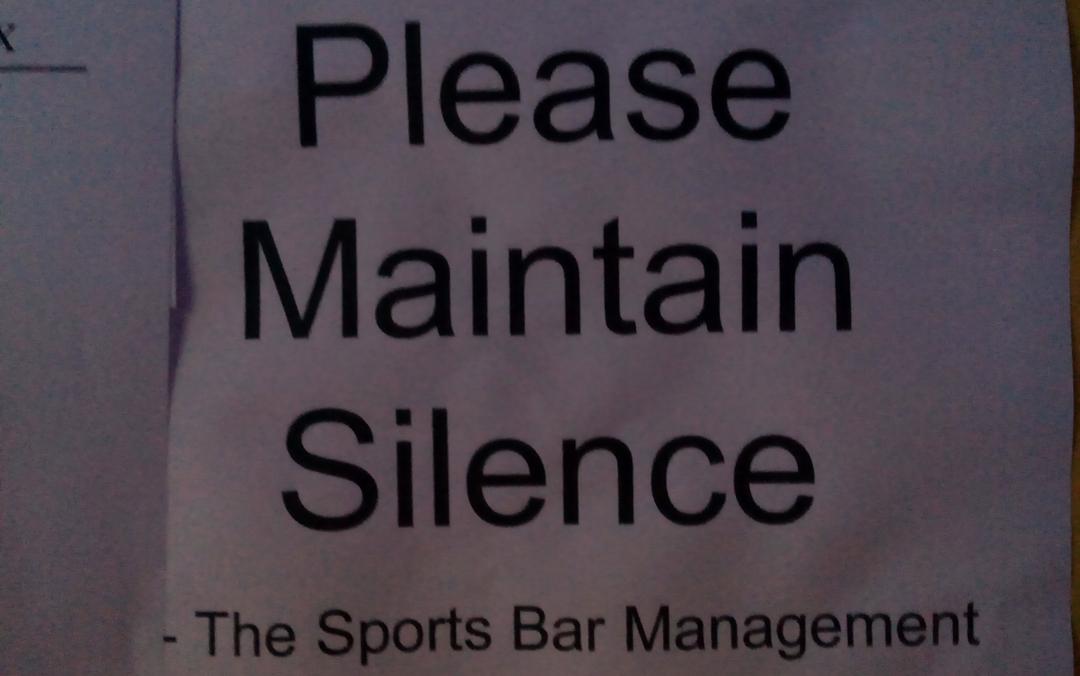 Affiche improbable dans un bar qui diffuse un match de Coupe du monde © S.H