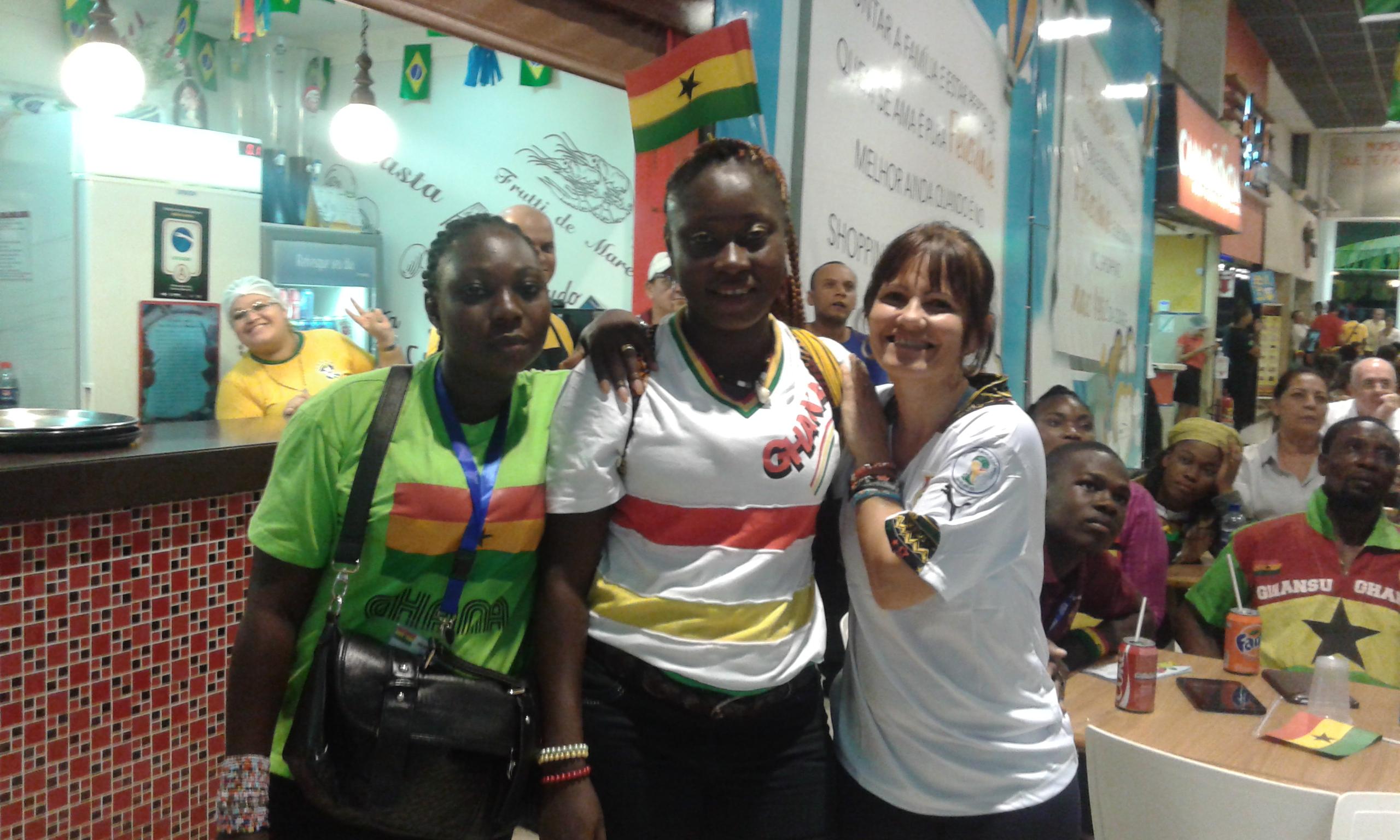 L'une supportrice brésilienne avec les deux autres supportrices ghanéennes après le match de foot Ghana - Allemand (2-2) à Natal. (Crédit photo: Fabio Santana).