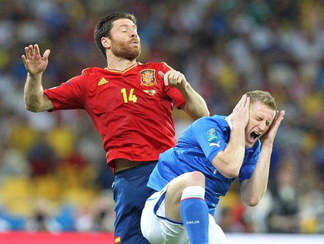 Xabi Alonso (à gauche) déjà remporté deux Euros et un Mondial avec l'Espagne (Crédit photo : Станислав Ведмидь, Wikimedia Commons)