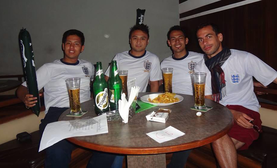 15 juin 2014 (3h45 du matin), FC Sports Bar de Jhamsikhel - de g. à d : Prasharya, Rabin, Veenod et un mauricien © Amit, le serveur du FC Sports Bar