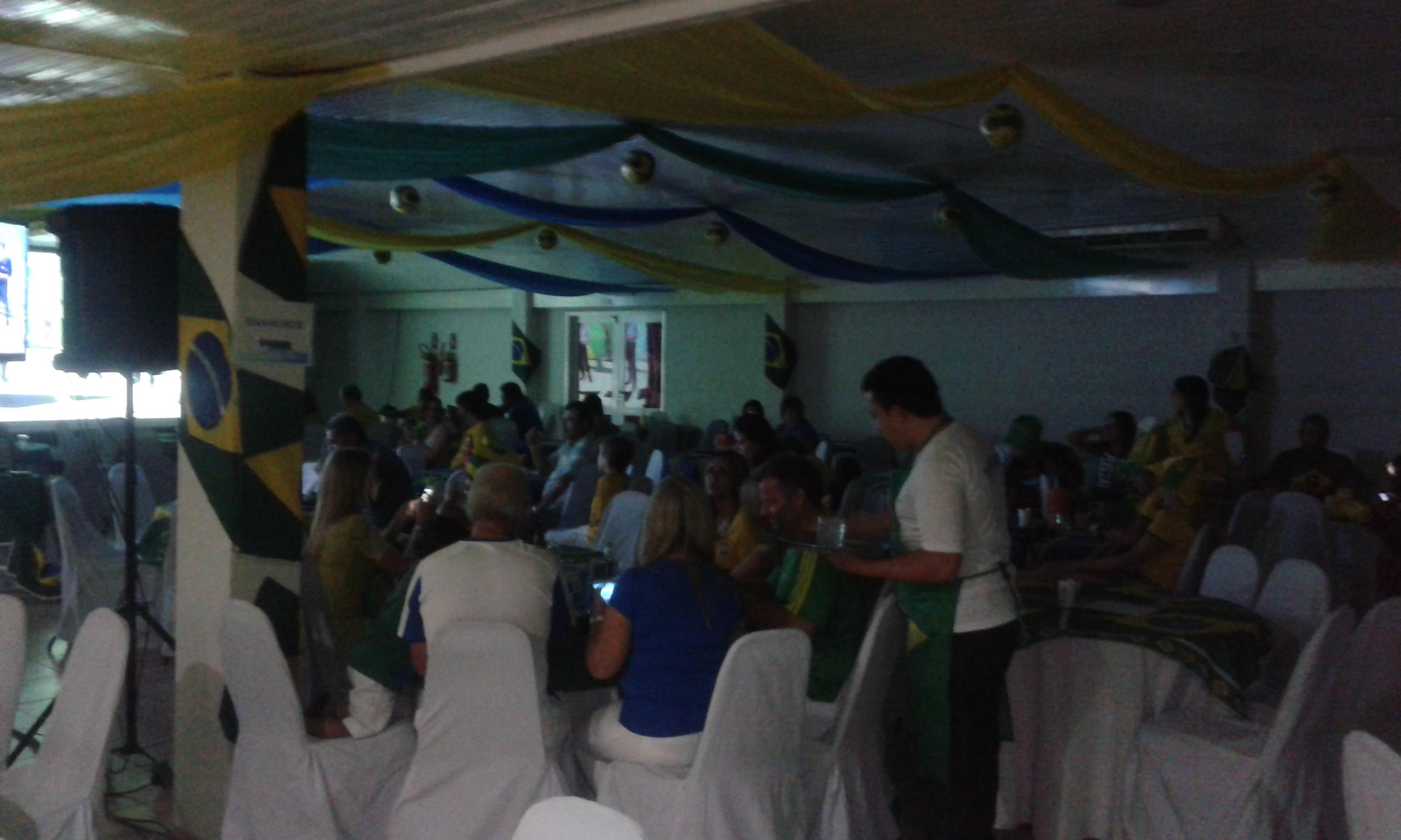 Les supporters décontractés au salon Thermas dans la finale de la mi-temps. (Crédit photo: Fabio Santana).