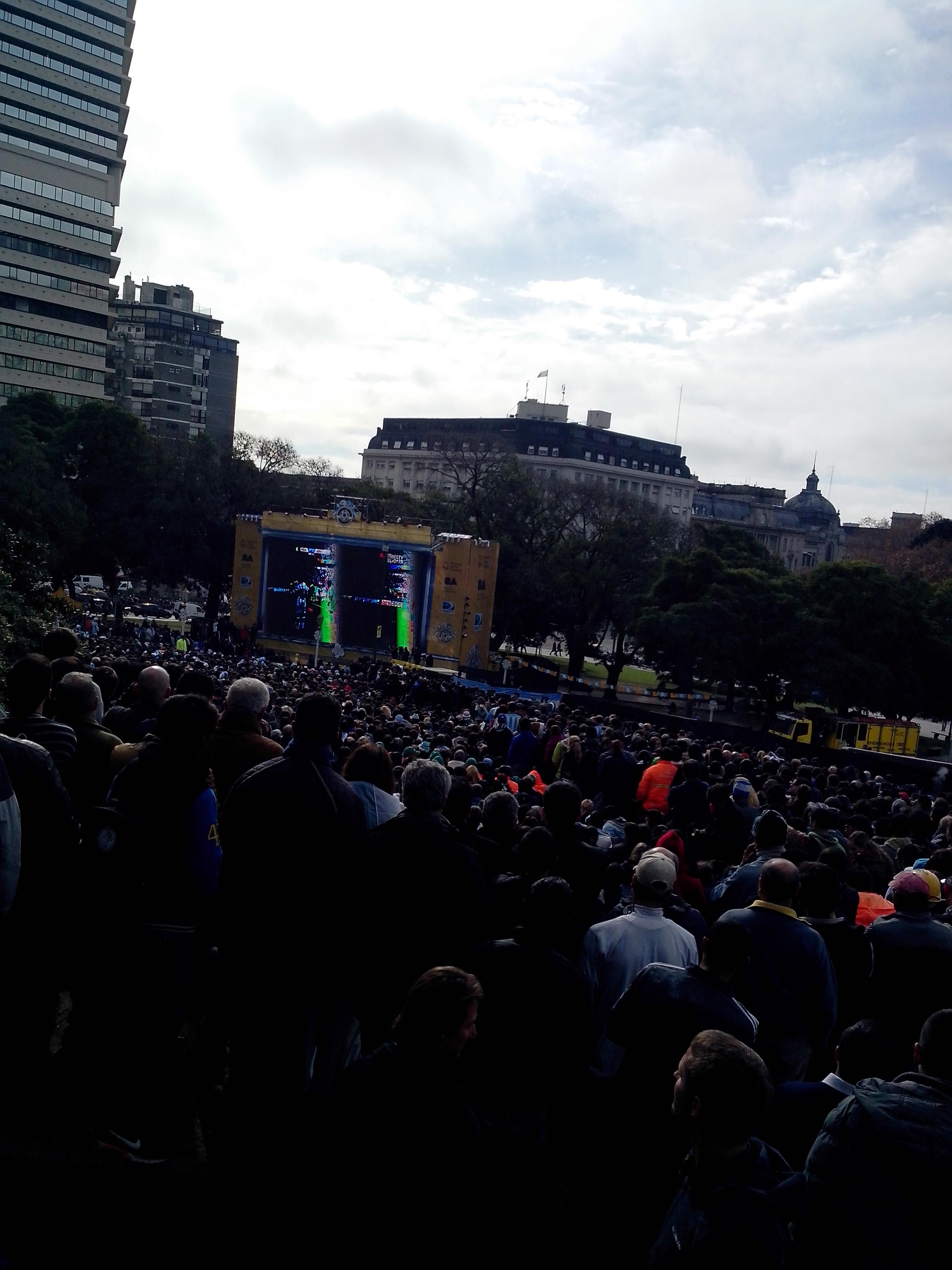 Plaza San Martin à Buenos Aires, les argentins profitent de la pause déjeuner pour voir leur sélection affronter le Nigéira