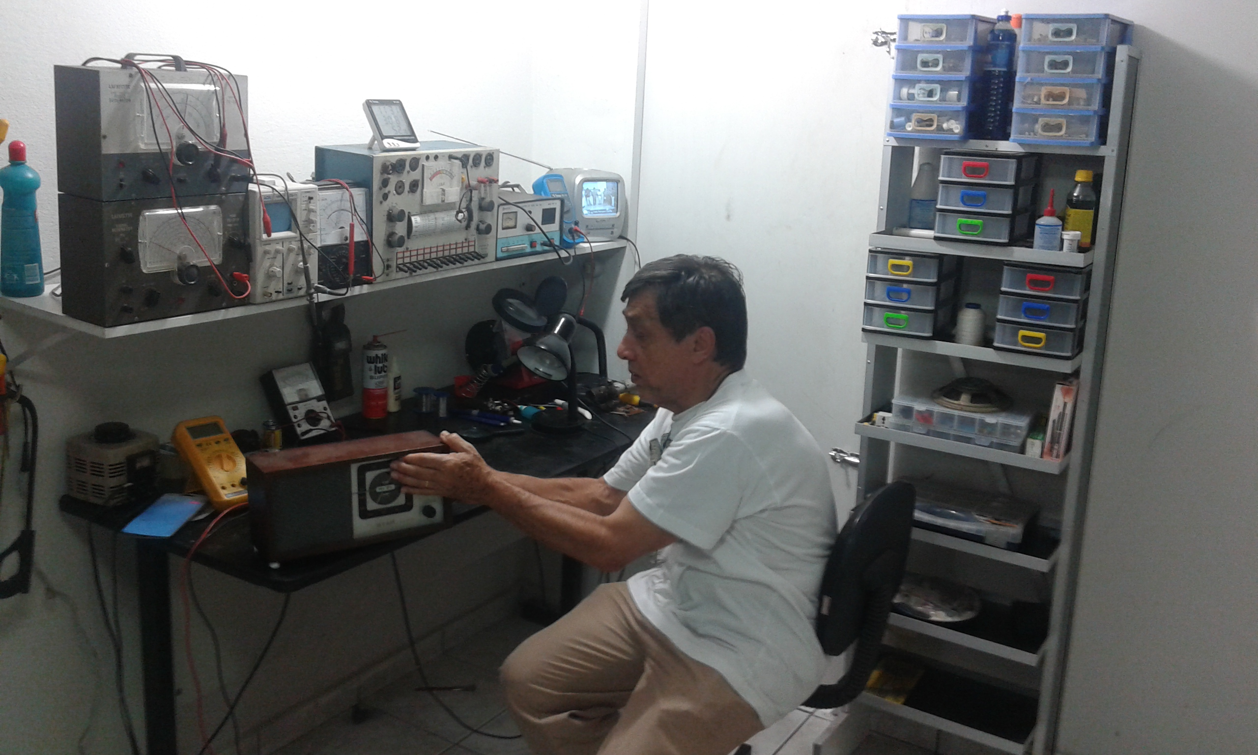Mr. Fernando de Paula dans la table de réparations des radios à lampe de lui (Crédite Photo Fabio Santana).