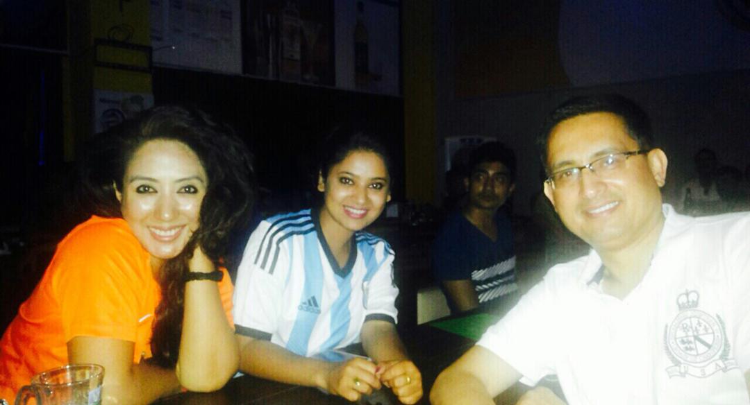 9 juillet, Sport Bar de Jhamsikhel - (d g. à dr.) Neemila supportrice des Pays-Bas, Kaki supportrice de l'Argentine et Yuvraj supporteur du Brésil © S.H